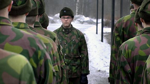 Alokkaita jonossa Riihimäen varuskunnan pihalla.