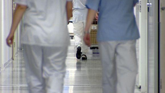 Hoitajia sairaalan käytävällä.