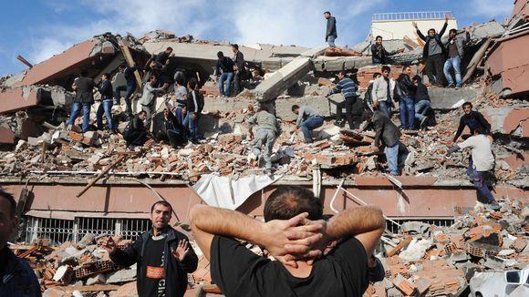 Video: Ihmisiä kiipeilee talon raunioilla.