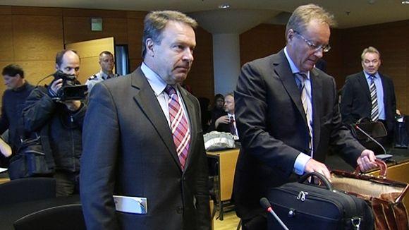 Ilkka Kanerva asianajajineen oikeussalissa.