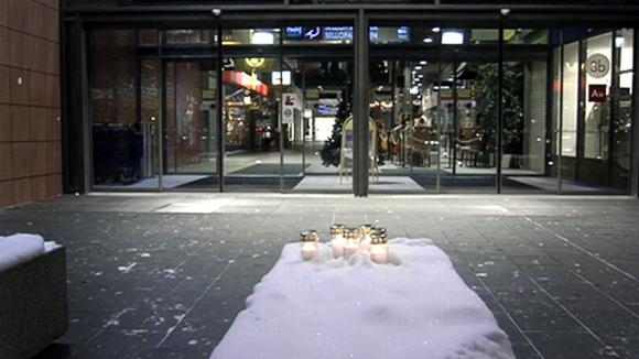 Muistokynttilöitä kauppakeskus Sellon edustalla.