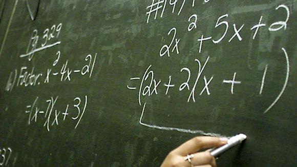 Matematiikan laskuja liitutaululla.