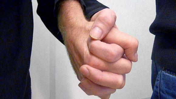 Miespari käsi kädessä.