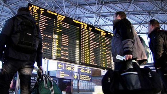 Video: Lentomatkustajat katsovat aikataulunäyttöä Helsinki-Vantaan lentoasemalla.