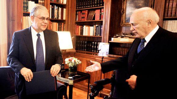 Kreikan pääministeri Lukas Papadimos (vas.) tapasi presidentti Karolos Papouliaksen (oik.) Ateenassa tänään, 11. huhtikuuta 2012.
