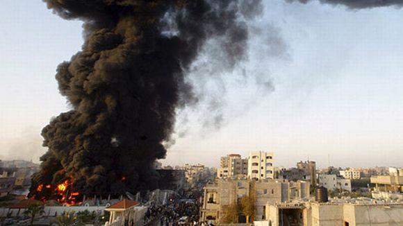 Sankkaa mustaa savua nousee liekehtivästä talosta Rafahin kaupungin taivaalle