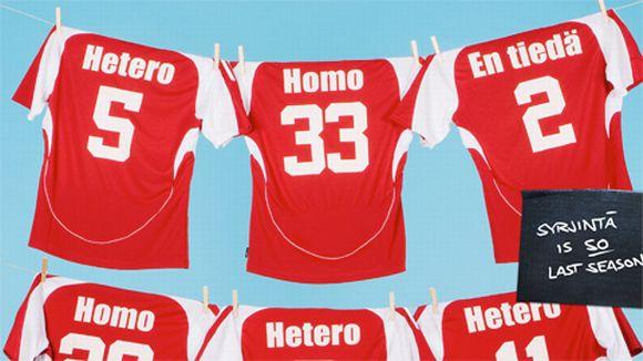 """Osa Uskalla-kampanjan julisteesta, jossa pelipaitoja teksteillä """"Hetero, Homo, En tiedä"""" pyykkinarulla."""