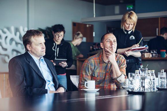 Kuvassa ohjaaja Aleksi Salmenperä Jättiläinen-elokuvan kuvauksissa. Vasemmalla Pekka Perää esittävä Jani Volanen.