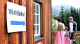 Perinteisesti pukeutunut itävaltalaisperhe menossa Grundlseen äänestyspaikkaa Itävallassa.