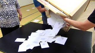 Vaaliuurna tyhjennetään äänestyspaikalla Helsingin Pasilassa äänestyksen päätyttyä.