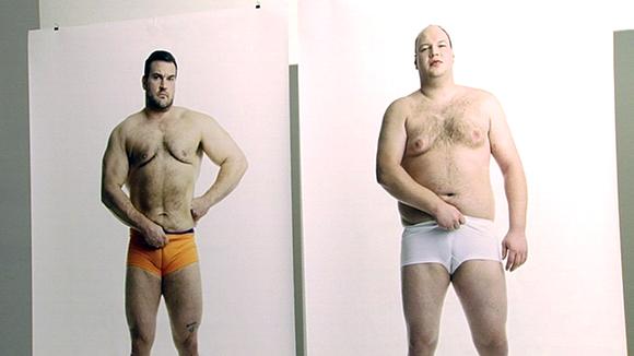 kaksi miestä alushoususillaan