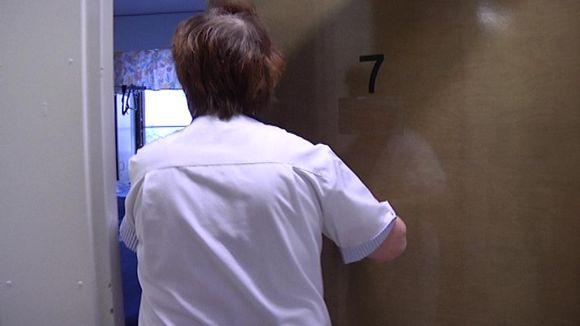Hoitaja kurkista ovesta