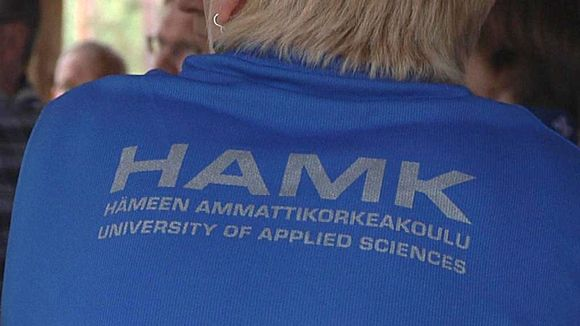 Hämeen ammattikorkeakoulun opiskelijan paidassa lukee koulun nimi.