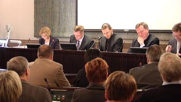 Kaupunginvaltuuston puheenjohtaja Iisakki Kiemunki ja kaupungin johtaja Tapani Hellstén odottavat äänestystulosta.