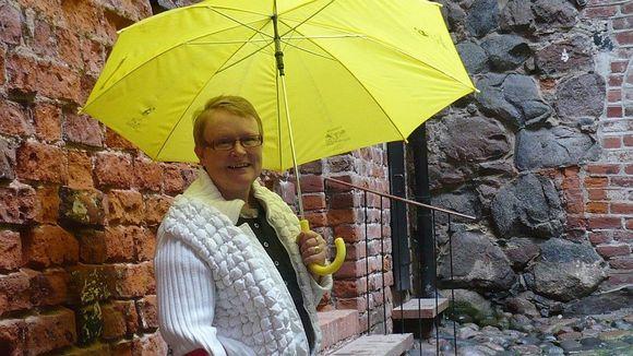 Anne Parikka vanhan työpaikkansa Hämeen linnan pihassa