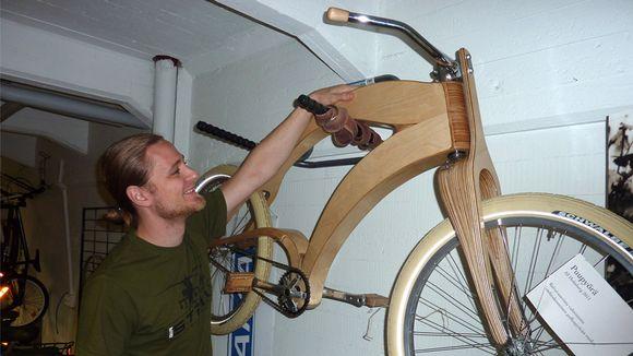 Alf Holmberg kuvassa tekemänsä puupyörän kanssa