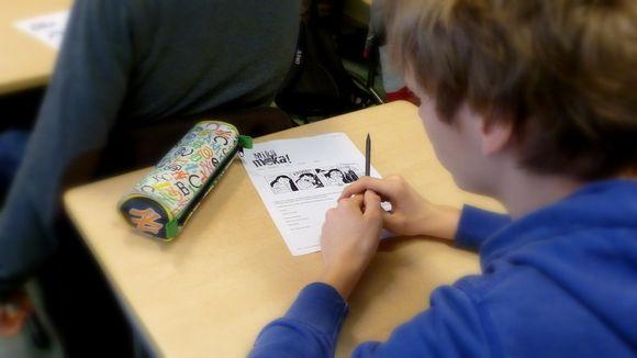 Lyseon koulun oppilas täyttämässä mokienkeruulomaketta
