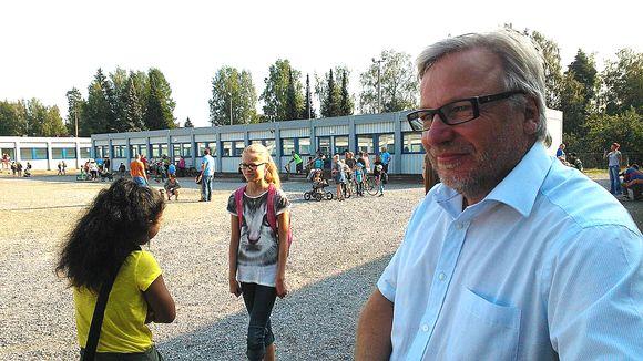 Tuomelan koulun rehtori Arto Nykänen, taustalla oppilaita ja parakkikoulurakennuksia