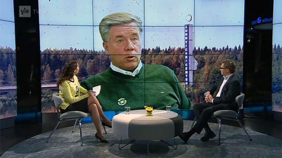 A-Studiossa Annukka Roininen ja Juha Isosuo, taustalla kuvassa Markku Ritaluoma