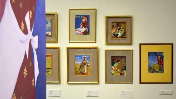 Martta Wendelinin kuvituksista tehtyjä tauluja näyttelyssä