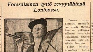 Naisen poseeraa sanomalehtijutussa