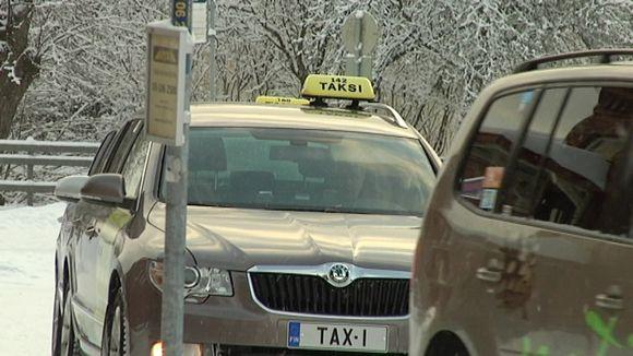 Takseja Hämeenlinnan rautatieaseman edessä