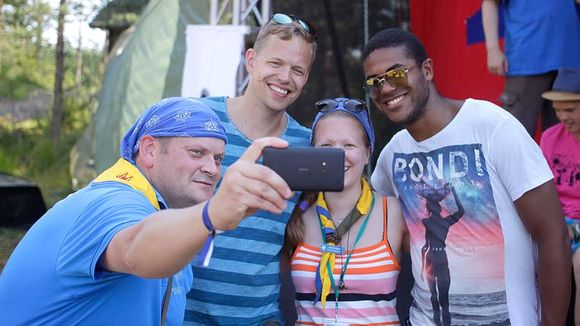 Partioleiriläisiä kännykkäkuvan otossa Piiru'14-leirillä