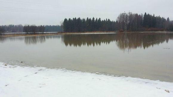 Vantaanjoki tulvii pellolle Riihimäen Arolammilla