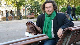 Jukka-Pekka Flander istuu puiston penkillä.