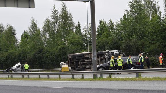 Hämeenlinnan moottoritiella kolaroituja autoja