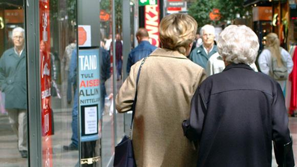 Eläkeläisiä ostoksilla.