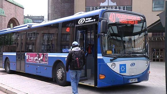 Mies menossa bussiin