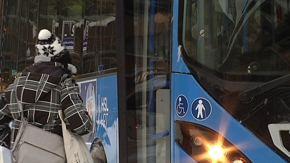 Matkustaja menossa bussiin.