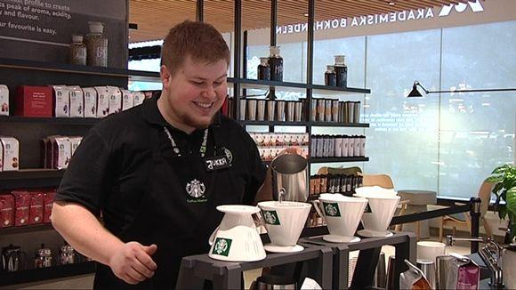 Coffee Master, kahvimestari, maistattaa eri kahvilaatuja asiakkailla Helsingin Starbucks-kahvilassa.