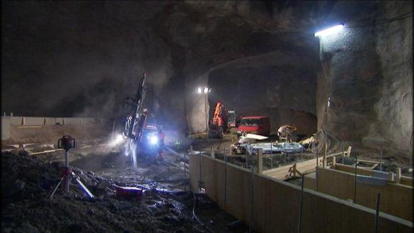 Koneita louhimassa länsimetron tunnelia.