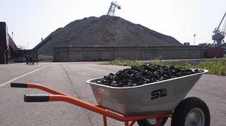 Kottikärryllinen kivihiiltä Hanasaaren voimalan kivihiilikasan edessä.