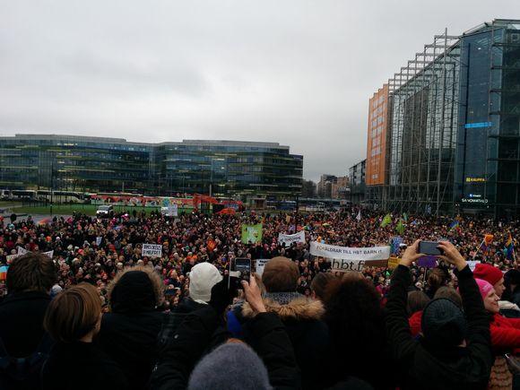 Mielenosoittajat ovat täyttäneet Kansalaistorin äärimmilleen.