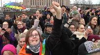 Video: Sukupuolineutraalin avioliittolain kannattajia kansalaistorilla