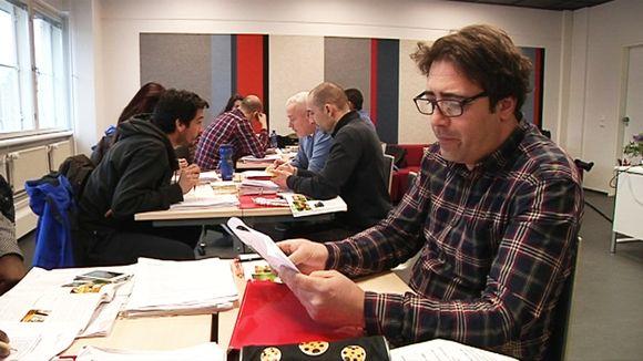 Maahanmuuttajat opiskelevat suomen kieltä Helsingissä.