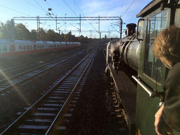 Vanha Ukko-Pekka-höyryveturi kohtasi keskiviikkona Helsingin-matkallaan monta modernia lajitoveria.