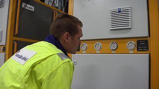 Mäntsälän Sähkön lämpöpäällikkö Antti Porkka huolehtii, että tietokonehallin hukkalämpö kiertää kunnan kaukolämpöverkkoon.
