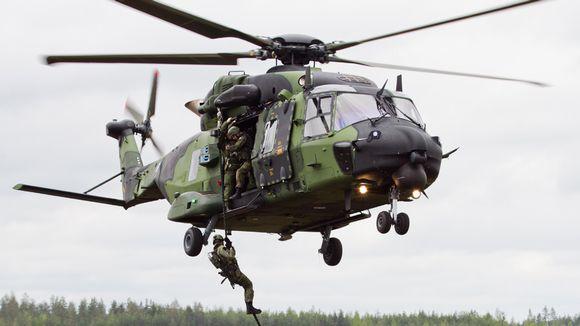 Sotilaat laskeutuvat helikopterista köyttä pitkin