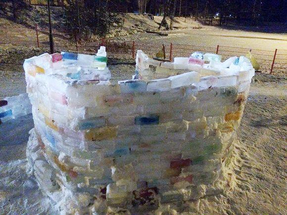 Vantaan Korsoon, Leppäkorven hiekkamontun rannalle tehty jäälinna syntyi aktiivisten asukkaiden yhteispelillä.