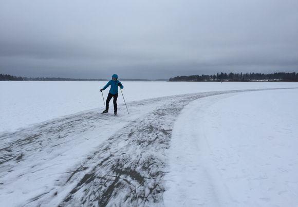 Marja-Leena Nurminen luisteli tänään 11.1.2015 Tuusulanjärven Järvenpään puoleisessa päässä.