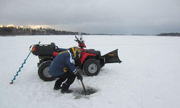 Järvenpään kaupungin liikuntatoimi mittasi Tuusulanjärven jään paksuuden tänä aamuna. Jään paksuus vaihteli 21-24 sentin välillä eli se kantaa mönkijän.
