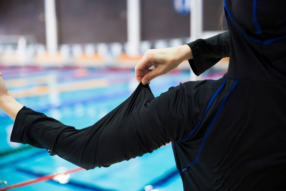 Video: Musliminaisen uimapuku burkini