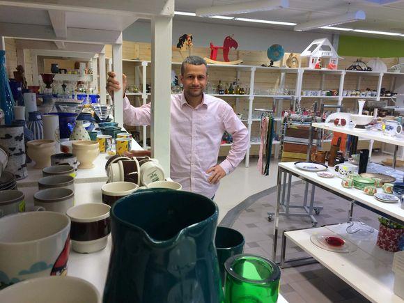 Al Sufaeih Mustafa Esa tunnetaan Kontulan kierrätyskeskuksen väen keskuudessa tuttavallisesti nimellä Esa. Myymälät puiset hyllyt ovat Esan tekemiä.