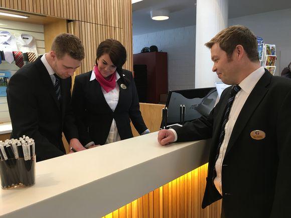 Kokoushotelli Gustavelundin omistaja ja toimitusjohtaja Antti Ropponen vastaanotossa.