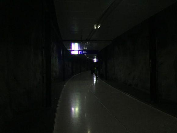 Pimeä kuva lentoaseman juna-asemalta.