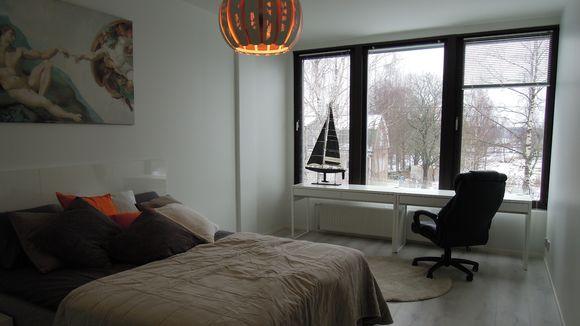 Makuuhuone Pohjan kunnantaloon rakennetussa kaksiossa.